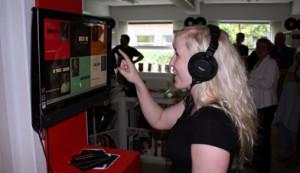 Pige prøver lytteposten i musikbiblioteket (Kilde: Danmarks Rockmuseum.dk)